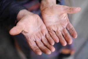 674253-hands-of-the-old-woman